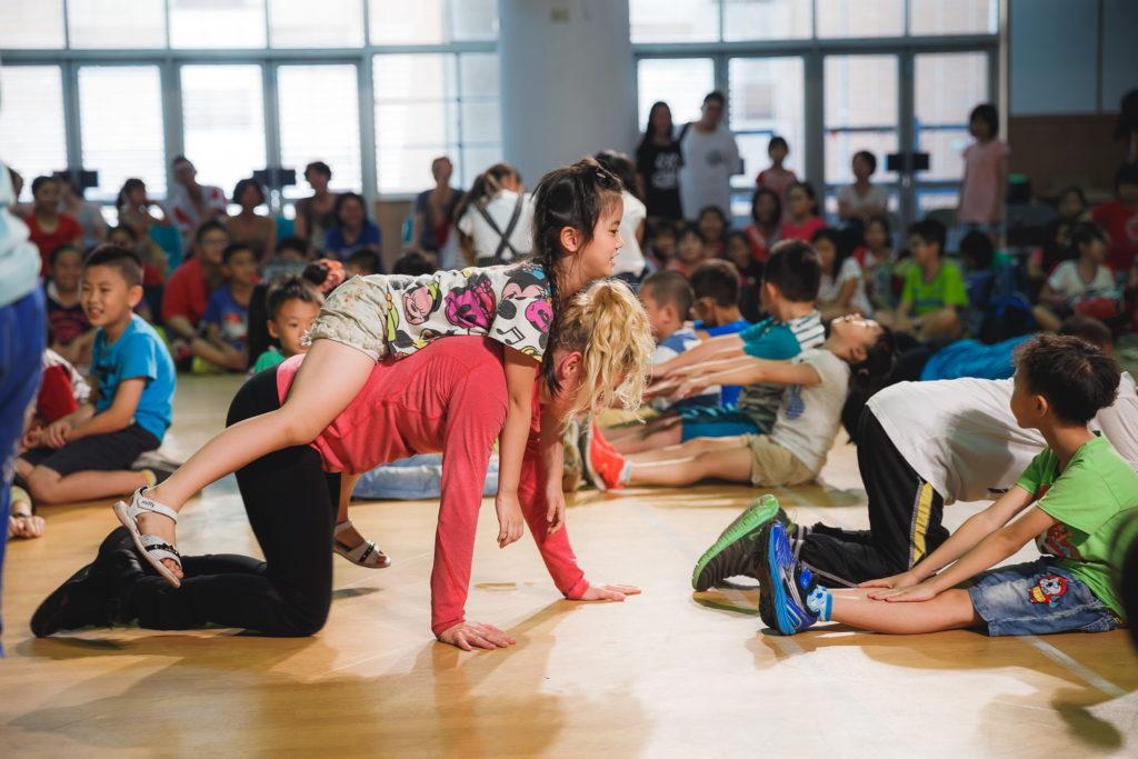 照片:荷蘭舞者舞團《俄羅斯方塊》搭上衛武營藝術列車抵達楠梓!這是首發自7月11日班次的最後一站,翠屏國小,與現場新民、中正、苓雅、加昌國小等600多位小朋友共襄盛舉