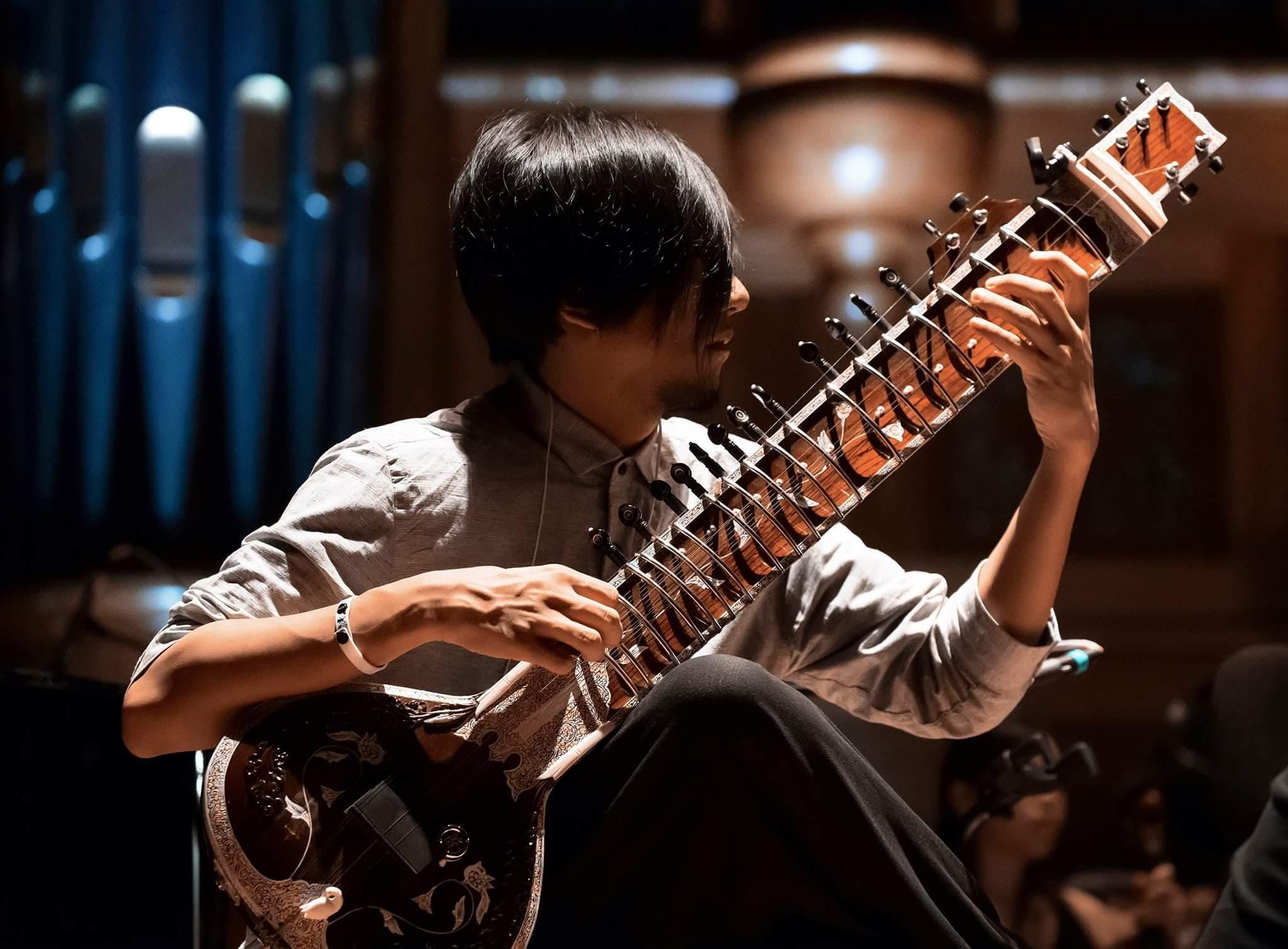 照片:吳欣澤 Uz AZeR ∣ 西塔琴、人聲