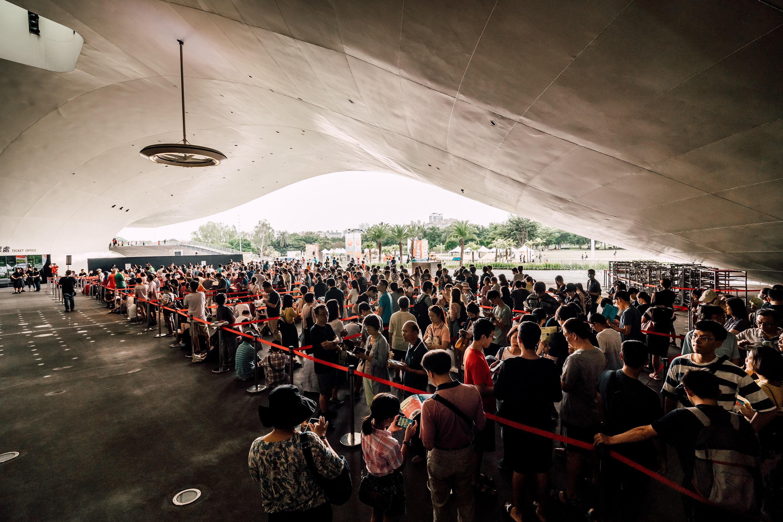 照片:衛武營國家藝術文化中心本周1週年慶,今日(10-10)場館開放演出節目,一早吸引許多民眾排隊等待索取入場手環。