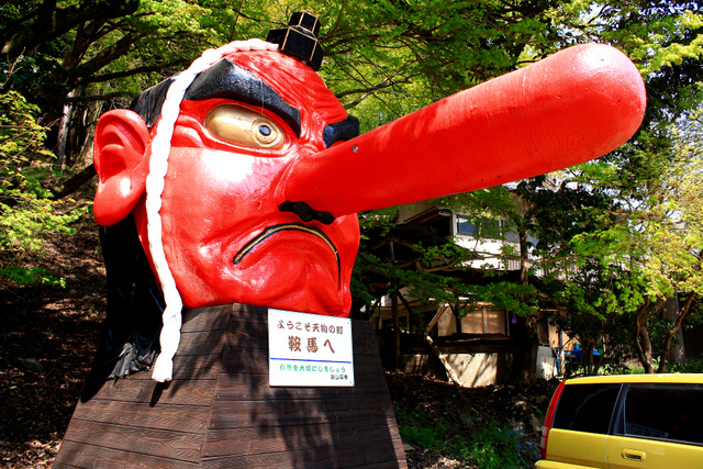 照片:日本鞍馬車站出口象徵性的大天狗 圖片轉自: http://blueapple48.pixnet.net/blog