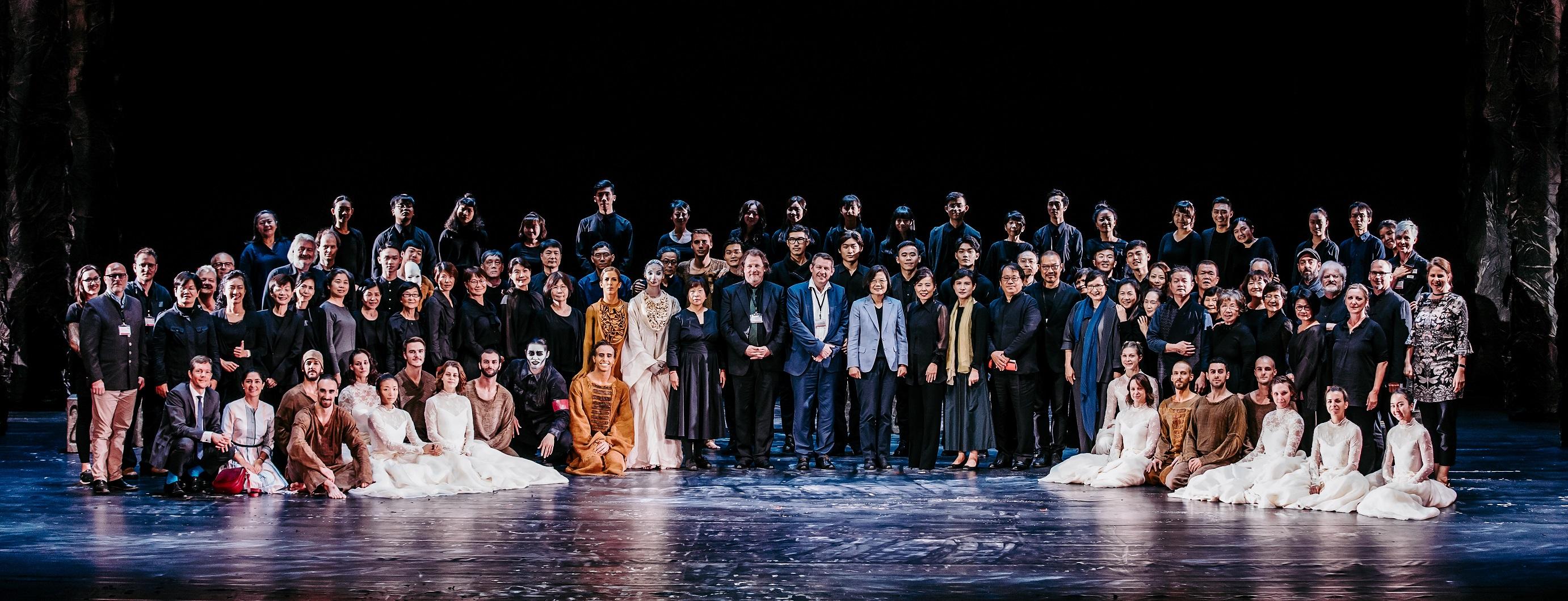 照片:總統蔡英文與新娘妝幕前幕後工作人員合照